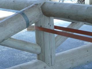 Toiture avec charpente en bois rond